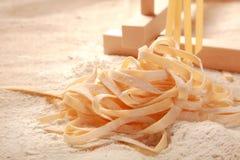 Κλείστε επάνω τα χειροποίητα ακατέργαστα ιταλικά ζυμαρικά αυγών Στοκ Φωτογραφία