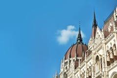 Κλείστε επάνω την άποψη στο κτήριο των Κοινοβουλίων της Βουδαπέστης και έναν όμορφο μπλε ουρανό στο υπόβαθρο, Ουγγαρία Στοκ φωτογραφίες με δικαίωμα ελεύθερης χρήσης