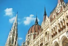 Κλείστε επάνω την άποψη στο κτήριο των Κοινοβουλίων της Βουδαπέστης και έναν όμορφο μπλε ουρανό στο υπόβαθρο Στοκ φωτογραφία με δικαίωμα ελεύθερης χρήσης