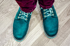 Κλείστε επάνω την άποψη σχετικά με τα πόδια ατόμων ` s στα σκοτεινές τζιν και τις μπότες δέρματος Στοκ Εικόνα