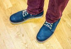 Κλείστε επάνω την άποψη σχετικά με τα πόδια ατόμων ` s στα σκοτεινές τζιν και τις μπότες δέρματος Στοκ φωτογραφία με δικαίωμα ελεύθερης χρήσης