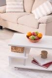 Κλείστε επάνω την άποψη σχετικά με τον πίνακα cofee με το σύνολο πιάτων των φρούτων, Στοκ εικόνες με δικαίωμα ελεύθερης χρήσης