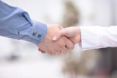 Κλείστε επάνω την άποψη της έννοιας χειραψιών επιχειρησιακής συνεργασίας Φωτογραφία της διαδικασίας χειραψίας δύο επιχειρηματιών  Στοκ Εικόνες