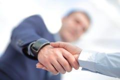 Κλείστε επάνω την άποψη της έννοιας χειραψιών επιχειρησιακής συνεργασίας Φωτογραφία της διαδικασίας χειραψίας δύο επιχειρηματιών  Στοκ φωτογραφία με δικαίωμα ελεύθερης χρήσης