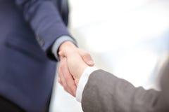 Κλείστε επάνω την άποψη της έννοιας χειραψιών επιχειρησιακής συνεργασίας Φωτογραφία της διαδικασίας χειραψίας δύο επιχειρηματιών  Στοκ Εικόνα