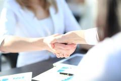 Κλείστε επάνω την άποψη της έννοιας χειραψιών επιχειρησιακής συνεργασίας Φωτογραφία της διαδικασίας χειραψίας δύο επιχειρηματιών  Στοκ φωτογραφίες με δικαίωμα ελεύθερης χρήσης