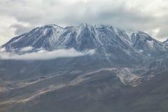 Κλείστε επάνω την άποψη του ηφαιστείου Chachani κοντά στην πόλη Arequipa στο Π Στοκ φωτογραφία με δικαίωμα ελεύθερης χρήσης