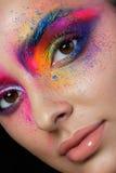 Κλείστε επάνω την άποψη του θηλυκού προσώπου με τη φωτεινή πολύχρωμη μόδα μΑ στοκ εικόνες με δικαίωμα ελεύθερης χρήσης
