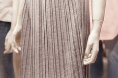 Κλείστε επάνω την άποψη του μέλους του σώματος μανεκέν μέσα σε ένα σπίτι μόδας Στοκ Εικόνες