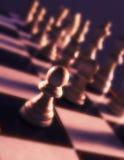 Κλείστε επάνω την άποψη του πίνακα σκακιού που παρουσιάζει άσπρα κομμάτια Στοκ εικόνα με δικαίωμα ελεύθερης χρήσης
