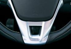 Κλείστε επάνω την άποψη του τιμονιού, μαύρο εσωτερικό σχέδιο αυτοκινήτων δέρματος, λεπτομέρειες στοκ εικόνες