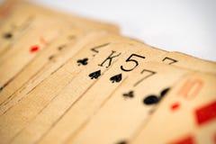Κλείστε επάνω την άποψη των παλαιών ρυπαρών καρτών παιχνιδιού Στοκ εικόνα με δικαίωμα ελεύθερης χρήσης