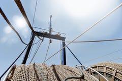 Κλείστε επάνω την άποψη των σχοινιών αλιείας δικτύων της βάρκας που προσαράσσουν κάτω από το SU Στοκ Φωτογραφία