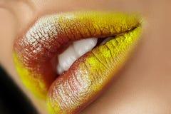 Κλείστε επάνω την άποψη των όμορφων χειλιών γυναικών με τη μόδα makeup Στοκ Φωτογραφίες