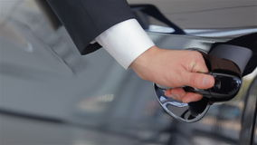 Κλείστε επάνω την ανθρώπινη πόρτα αυτοκινήτων χεριών ανοίγοντας απόθεμα βίντεο