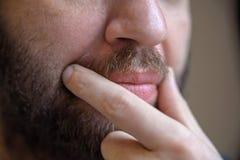 Κλείστε επάνω την αρσενική αφή χεριών το moustache του στοκ εικόνα με δικαίωμα ελεύθερης χρήσης
