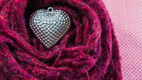 Κλείστε επάνω την ασημένια καρδιά στα μαντίλι που διακοσμούνται για την ημέρα του βαλεντίνου Στοκ Εικόνες