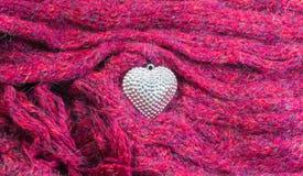 Κλείστε επάνω την ασημένια καρδιά στα μαντίλι που διακοσμούνται για την ημέρα του βαλεντίνου Στοκ φωτογραφίες με δικαίωμα ελεύθερης χρήσης