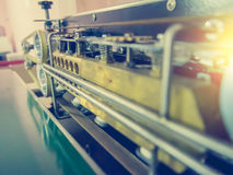 Κλείστε επάνω την αυτόματη μηχανή συσκευασίας με το εκλεκτής ποιότητας φίλτρο Στοκ Εικόνες