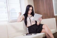 Κλείστε επάνω την εικόνα της επιχειρησιακής γυναίκας που κρατά μια ψηφιακή ταμπλέτα, Starti Στοκ φωτογραφία με δικαίωμα ελεύθερης χρήσης