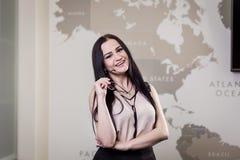 Κλείστε επάνω την εικόνα της επιχειρησιακής γυναίκας που κρατά μια ψηφιακή ταμπλέτα, Starti Στοκ Εικόνα