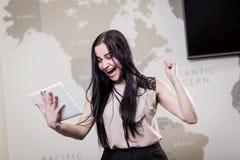 Κλείστε επάνω την εικόνα της επιχειρησιακής γυναίκας που κρατά μια ψηφιακή ταμπλέτα, Starti Στοκ εικόνα με δικαίωμα ελεύθερης χρήσης