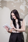Κλείστε επάνω την εικόνα της επιχειρησιακής γυναίκας που κρατά μια ψηφιακή ταμπλέτα, Starti Στοκ Φωτογραφία