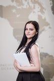 Κλείστε επάνω την εικόνα της επιχειρησιακής γυναίκας που κρατά μια ψηφιακή ταμπλέτα, Starti Στοκ εικόνες με δικαίωμα ελεύθερης χρήσης