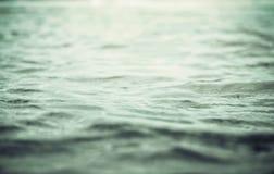 κλείστε επάνω την επιφάνεια ωκεανών και θαλάσσιου νερού με τον αναδρομικό τόνο χρώματος, SE Στοκ Εικόνες