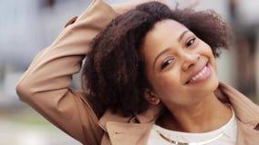 Κλείστε επάνω την ευτυχή γυναίκα αφροαμερικάνων υπαίθρια απόθεμα βίντεο