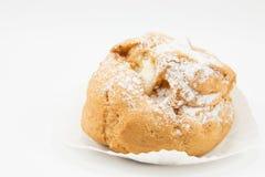 Κλείστε επάνω την καφετιά κρέμα choux στη Λευκή Βίβλο Στοκ φωτογραφία με δικαίωμα ελεύθερης χρήσης