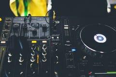 Κλείστε επάνω την κονσόλα του DJ με τα ακουστικά του DJ Στοκ φωτογραφίες με δικαίωμα ελεύθερης χρήσης