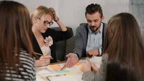 Κλείστε επάνω την ομάδα καταιγισμού ιδεών νέας συνεδρίασης των επιχειρησιακών ομάδων αρχιτεκτόνων δημιουργικής στο γραφείο ξεκινή φιλμ μικρού μήκους