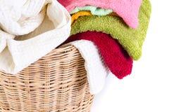 Κλείστε επάνω την πετσέτα μιγμάτων χρώματος στα ψάθινα καλάθια στο άσπρο υπόβαθρο Στοκ εικόνες με δικαίωμα ελεύθερης χρήσης