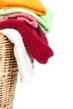 Κλείστε επάνω την πετσέτα μιγμάτων χρώματος στα ψάθινα καλάθια στο άσπρο υπόβαθρο Στοκ Φωτογραφία