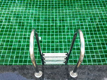 Κλείστε επάνω την πισίνα με το σκαλοπάτι Στοκ εικόνες με δικαίωμα ελεύθερης χρήσης
