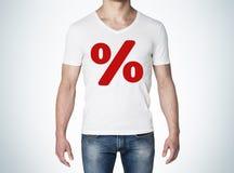 Κλείστε επάνω της άποψης σωμάτων του ατόμου σε μια άσπρη μπλούζα με το κόκκινο σημάδι ποσοστού στη θωρακική έννοια της πώλησης Στοκ Εικόνες