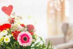 Κλείστε επάνω της δέσμης λουλουδιών με την καρδιά στο δωμάτιο Στοκ Εικόνα