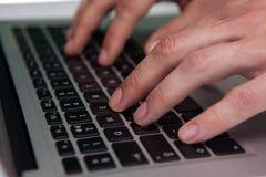 Κλείστε επάνω της δακτυλογράφησης επιχειρηματιών στο φορητό προσωπικό υπολογιστή Στοκ φωτογραφίες με δικαίωμα ελεύθερης χρήσης
