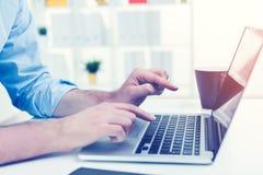 Κλείστε επάνω της δακτυλογράφησης επιχειρηματιών στο lap-top Στοκ φωτογραφία με δικαίωμα ελεύθερης χρήσης