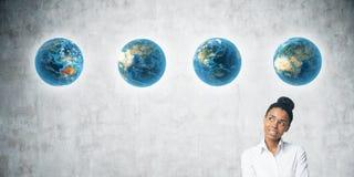 Κλείστε επάνω της αφρικανικής γυναίκας με τη σειρά των πλανητών Στοκ εικόνα με δικαίωμα ελεύθερης χρήσης