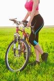 Κλείστε επάνω της γυναίκας και του ποδηλάτου Στοκ Εικόνα