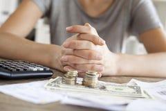 Κλείστε επάνω της γυναίκας με τα μετρώντας χρήματα υπολογιστών Στοκ Φωτογραφία