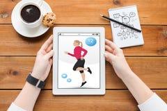 Κλείστε επάνω της γυναίκας με την ικανότητα app στο PC ταμπλετών Στοκ Εικόνα