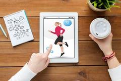 Κλείστε επάνω της γυναίκας με την ικανότητα app στο PC ταμπλετών Στοκ Εικόνες