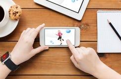 Κλείστε επάνω της γυναίκας με την ικανότητα app στο smartphone Στοκ Εικόνες