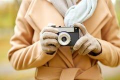 Κλείστε επάνω της γυναίκας με τη κάμερα στο πάρκο φθινοπώρου Στοκ Φωτογραφίες