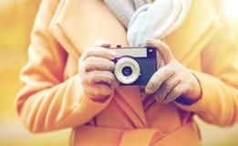 Κλείστε επάνω της γυναίκας με τη κάμερα στο πάρκο φθινοπώρου Στοκ Εικόνα