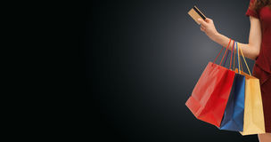 Κλείστε επάνω της γυναίκας με τις τσάντες αγορών και την τραπεζική κάρτα Στοκ Εικόνες