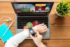 Κλείστε επάνω της γυναίκας με το έξυπνα ρολόι και το lap-top στοκ φωτογραφίες με δικαίωμα ελεύθερης χρήσης